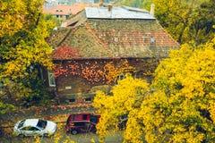 Alte europäische Stadtstraßenansicht am Herbsttag Lizenzfreies Stockfoto