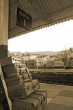 Alte Fälle auf Bahnhofs-Plattform 1 Llangollen im Sepia Lizenzfreie Stockfotos