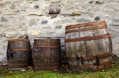 Alte Fässer für Wein stockfotos