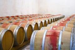 Alte Fässer mit Wein Stockbild