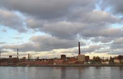 Alte Fabrik auf Flussbank stockfotografie