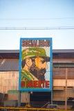 Alte Fabrik in Havana mit dem Bild von Fidel Castro Lizenzfreie Stockbilder