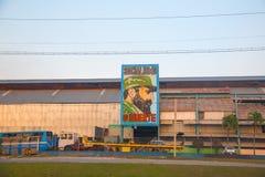 Alte Fabrik in Havana mit dem Bild von Fidel Castro Stockbilder