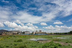 Alte Fabrik mit blauem Himmel Stockbild