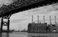 Alte Fabrik und Brücke Stockbild