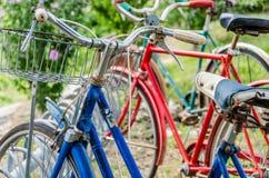 Alte Fahrräder der Weinlese Stockfotos