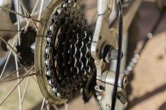 Alte Fahrradkette und -speichen in der Nahaufnahme lizenzfreie stockbilder