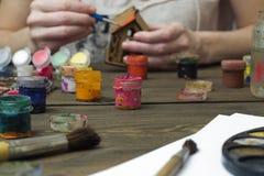Alte Farbe und eine Bürste, malen das Haus seiner Hände Stockfotografie