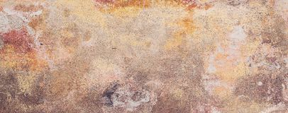 Alte farbige Betonmauer mit Sprüngen und abgebrochen, Beschaffenheit Stockfotografie
