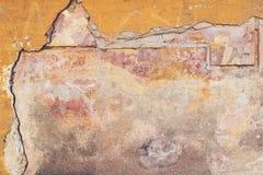 Alte farbige Betonmauer mit Sprüngen und abgebrochen, Beschaffenheit Stockfoto