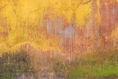 Alte farbige Betonmauer mit Sprüngen und Moos Hintergrund, Text Stockfotografie
