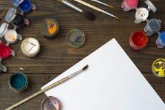 Alte farbige Gouache, Bürsten und weißes Blatt Papier Stockfotos