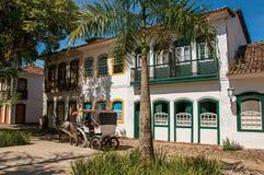 Alte farbige Häuser, Palme, Wagen und Kopfstein in Paraty Stockfotografie