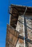 Alte Fassade in der Erneuerung Stockbilder
