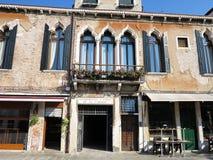 Alte Fassade eines klassischen Gebäudes in der historischen Mitte von V Stockbild