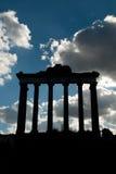 Alte Fassade eines römischen Tempels Stockbilder