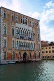 Alte Fassade entlang typischem Wasser-Kanal in Venedig, Italien Lizenzfreie Stockfotografie