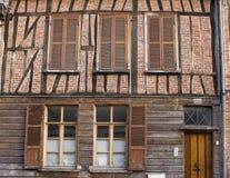 Alte Fassade mit Fensterläden in Frankreich Lizenzfreies Stockbild