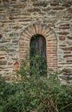 Alte Fassade mit rustikaler Maurerarbeit, defekte Holztür lizenzfreies stockfoto