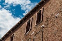 Alte Fassade mit sichtbarer Ziegelstein-Arbeit entlang typischem Wasser-Kanal Lizenzfreie Stockfotos