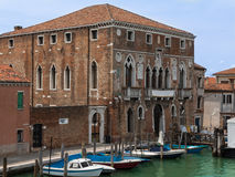 Alte Fassade und Boote entlang typischem Wasser-Kanal in Venedig, Italien Lizenzfreies Stockfoto