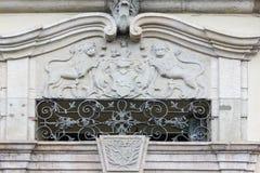alte Fassaden mit Türen und Fenster oder Verzierungen auf Gebäuden von Lizenzfreies Stockfoto