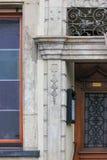 alte Fassaden mit Türen und Fenster oder Verzierungen auf Gebäuden von Lizenzfreies Stockbild