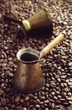 Alte Fassbinderkaffeetöpfe für türkischen Kaffee Stockfoto