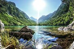Alte Felsen auf dem Ufer von schönem Gebirgssee Lizenzfreie Stockfotos