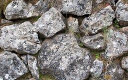 Alte Felsen in der Bruchsteinmauer Stockfotografie