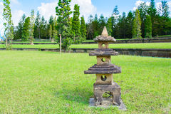 Alte Felsen stupa Skulptur auf dem Gebiet Stockbilder