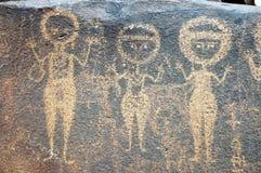 Alte Felsenkunst in Niger, der drei Abbildungen bildlich darstellt Stockfotografie