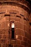 Alte Fenster auf Backsteinmauer Stockfoto