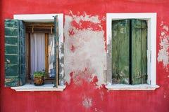 Alte Fenster auf bunten Häusern auf Burano Stockfoto