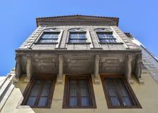 Alte Fenster auf einer hölzernen Wand Ansicht von unten Stockfoto
