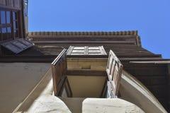 Alte Fenster auf einer hölzernen Wand Ansicht von unten Lizenzfreie Stockfotos