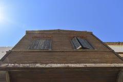 Alte Fenster auf einer hölzernen Wand Ansicht von unten Lizenzfreies Stockfoto