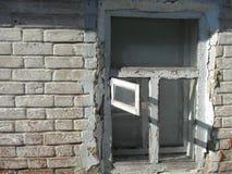 Alte Fenster Backsteinmauer mit Schatten Lizenzfreies Stockfoto