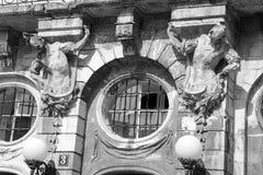 Alte Fenster der Architekturdekoration, Weinleseart, ein Schutzanteil von Fenstern, interessantes Detail Stockbilder