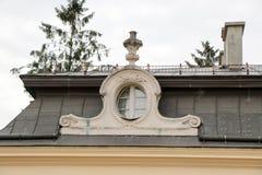 Alte Fenster der Architekturdekoration, Weinleseart, ein Schutzanteil von Fenstern, interessantes Detail Lizenzfreie Stockfotografie