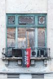 Alte Fenster, die mit Rot und schwarzer Flagge einstellen Stockfoto