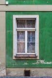 Alte Fenster im Wohnungshaus Lizenzfreie Stockbilder
