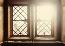 Alte Fenster mit Blendenfleck Stockbild