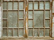 Alte Fenster mit der Farbe abgezogen Stockfotos