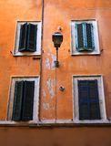 Alte Fenster in Rom, Italien Stockbilder