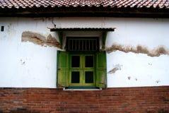 Alte Fenster und klassische Backsteinmauer in Kotagede Stockbilder