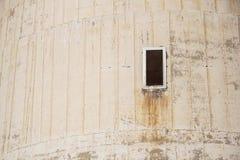 Alte Fensteranzeige auf dem Zementwandhintergrund Stockfoto