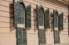 Alte Fensterblendenverschlüsse lizenzfreies stockbild