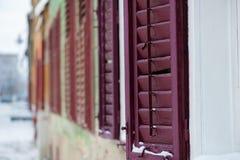 Alte Fensterblendenverschlüsse Stockbild