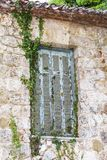 Alte Fensterdetails von Tatoi-Palast, der ein ehemaliges griechisches Königsfamilieferienhaus und ein Geburtsort von König George lizenzfreies stockbild